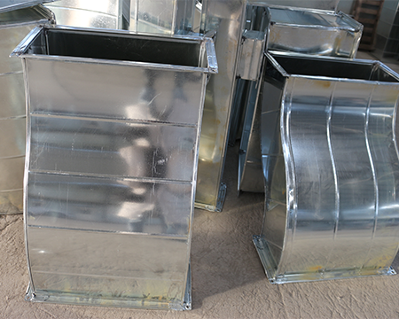 为使镀锌风管焊接受热冷却均匀,电焊焊接从中间到两端进行